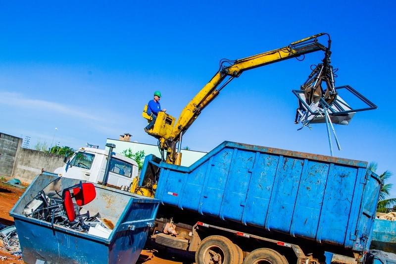 Serviço de coleta e transporte de sucata
